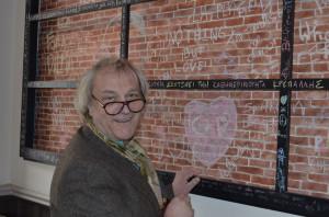 Netzpool-Autoren Moritz und Uli verewigen sich an der Künstler-Wand des Hotels