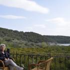 Marielena vermeitet Appartments mit Blick auf Orangenhaine und das Meer