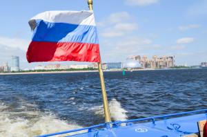 Die russische Flagge: weiß (russisch: белый) steht für Glaube und Edelmut. blau (russisch: синий) steht für Hoffnung und Ehrlichkeit. rot (russisch: красный) steht für die Liebe, Mut und Tapferkeit.