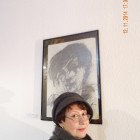 Galina K. vor ihrem Selbstporträt