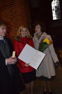 Stolz im Dom: Vikarin Charlotte Mildenberger mit Urkunde, daneben Mutter Margrit und Papa Professor Hermann Mildenberger