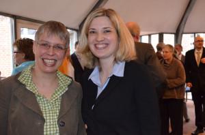 Die Junge und die Neue: Pastorin Silke Wierk von der Kirchengemeide Harrislee bei Flensburg freut sich auf Vikarin Charlotte Mildenberger.