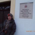 Gedenktafel am Geburtshaus und Reporterin Sabine Linek