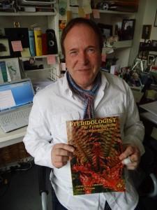 "Professor Peter Struck mit dem Farn-Magazin ""Pteridologist"""