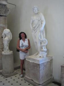 Asklepios-Statue in Eupidauros mit Bewunderin Sabine Linek
